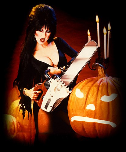 Elvira_Chainsaw-and-Pumpkin