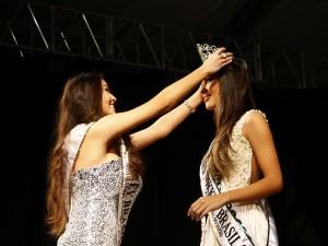 Patrícia Yumi Nagata recebe a coroa de Miss Nikkey