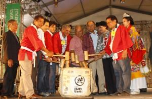 Autoridades brasileiras e okinawanas participam da quebra do taru