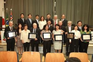 Os homenageados ao lado dos componentes da mesa (foto: Fran Rojas)