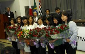 As esposas dos representantes das entidades receberam flores da sra Nishimoto