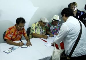 Os membros do Begin distribuindo autógrafos para os fãs, pouco depois do show
