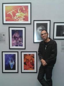 Daniel Ramos, fotógrafo do JWave, ao lado de suas obras